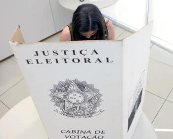 Pode entrar mais que uma pessoa na cabina de votação?